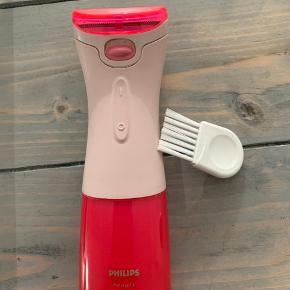 """Elektrisk barbermaskine fra """"Philips beauty"""". Brugt, men fin stand. Bruger 2 AA batterier og der følger 2 stk med. 50 kr  Kan hentes i Aarhus C eller sendes på købers regning."""