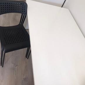 Spisebord fra ikea med 5 stole