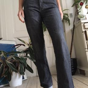 Rigtig fede bukser med vidde fra mærket London Rome. Lidt slidt i enden af buksebenet