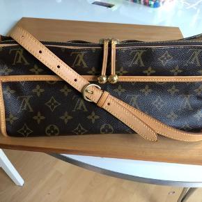 Handlen inden d.20/7 får 10% rabat!!  Ægte Louis Vuitton popincourt monogram taske til salg. Vintage men i rigtig fin stand. Kun dustbag medfølger. Kode DU1015.  Fast pris 4000kr + fragt + TS gebyr. Bytter ikke!   Spørgsmål om ægthed/pris besvares ikke! Kun seriøs hanvendelse, tak!