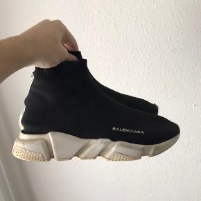 Sælger disse balenciaga Cond: 6-6,5 Str: 41 Der er et lille hul bag på den ene sko(kan snildt fikses) Og et lille flaw oppe foran på skoen, som sagtens ville kunne limes KLAR PÅ HH