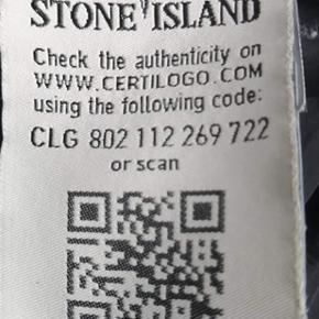 Sommerjakke fra Stone Island (ægte) Ærme længde 55cm Kun brugt 2 gange. Har et minimalt hul under håndleddet på højre ærme (vist på billede)   Kun seriøse henvendelser tak :)