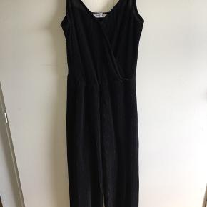 BYD! Flot Pieces buksedragt i sort.  Den har lidt bredde ben🙂 Ellers super fin, og i god stand. Str. M  Kan sendes mod betaling😁 Og spørg endelig efter mere info!😉