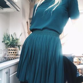 Envii sæt med nederdel og tshirt  Super flot på Ligner en kjole   Sælges samlet 👗