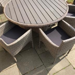 Jeg har dette havemøbel sæt som sælges, da vi har fået mindre plads. Som det ses på det ene billede, så er der løbet en tråd op på det ene bordben, det er ikke forsøgt lavet!  Hyndeboksen er som ny. Og stolene er ligeså.  Der følger hynder med til stolene.  Der medfølger 6 stole.  Farve: kubo Mærke: outrium