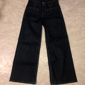 Højtaljede levis jeans med vidde i benene. Sælges da de er købt for små.