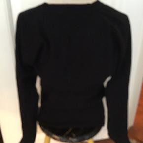 Lækker sort sweater med god pasform med høj rib, ca 18 cm, materialet er viskose og nylon