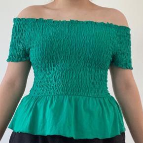 Grøn off-shoulder t-shirt. Skriv privat for flere billeder og detaljer. Prisen kan forhandles. 3 for 2 på hele min profil