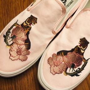 Skønne, rosa satin med tigerbroderi. Ubrugte.  Men, æv-æv - købt for små. Bruger normalt 40, men 40,5 i Vans og det havde jeg lige glemt, da jeg forelskede mig i de perfekte sommerslippers.. Så de må videre ud i solen - måske på dine fødder..? 🌞🐯👛👖👚🐯🌞  Prøvet på. Ubrugte. Str. angivelse i skoen er str. 40 og 25,5cm. Og vil altså sige det svarer til en str 39,5, hvis det var et andet mærke end Vans.