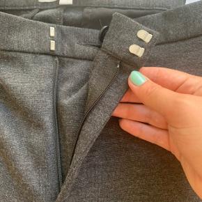 Lækre habitbukser i et blødt materiale. Sidder tæt på benene men er rare at have på.