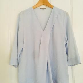 Smuk himmelblå COS overdel i str 42, god som venteskjorte eller bare dejligt luftig til hverdagen eller fest.   Der er ikke en plet på det er bare mit kamera  Byd endelig 🦋Se også mine andre annoncer