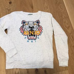 Replica Kenzo sweatshirt i str. L, men er lille i størrelsen. Er kun vasket 1 gang, men er aldrig brugt 🌟