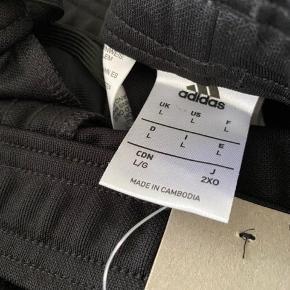 Helt nye Adidas condivo med sorte striber. Unisex.