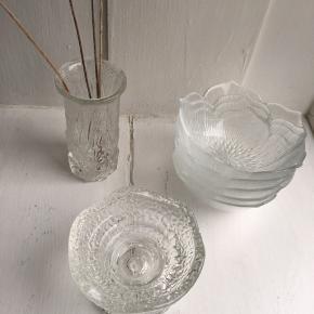 GLAS LOT, bestående af en vase, 5 skåle formet som en blomst og en skål/lysestage. Prisen er for det hele.  Mål: ▫️ Vase - H: 12 cm - Ø: 5,5 cm  ▫️ Skåle - H: 5 cm - Ø: 11,5 cm ▫️ Skål/lysestage - H: 7 cm - Ø: 10 cm  Tingene er pt. på Amager (tæt ved Lergravsparken st.), men kan efter aftale afhentes i Nordvest.