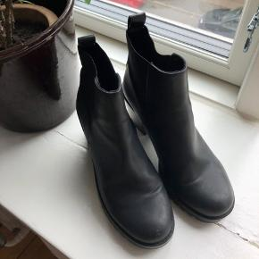 H&M // Black boots with a short heel Size: 38  Heel length: 5cm.  Very comfortable boot. Can be worn for hours and hours. Used a few times, but still in very good condition.   Can be picked up in Copenhagen or send by mail. Buyer pays for the porto. Please ask for more pictures or if you have any questions ☺️