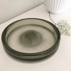 Smuk Holmegaard glasskål. Signeret Holmegaard 17970. 21 cm i diameter. Tung og massiv. Sælges for 150 kr.   Jeg sender gerne på købers regning 😄