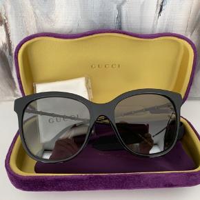 Helt nye og ubrugte gucci solbriller. Etui og klud medfølger. Bemærk der er misfarvning på etuiet (ikke noget af betydning - må være fra fabrikken).
