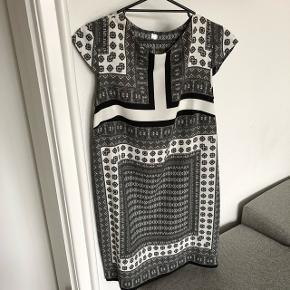 Flot kjole fra Mango, str L - lille i størrelsen. Kun brugt én gang. Mp er 100 kr. inkl :-)