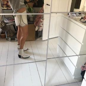 Mega cool shorts med sten på kanterne. Cool i sommervarmen med klip klapper eller dress op med støvletter🥳
