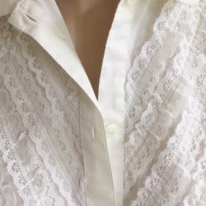 Fin skjorte med blonder påsyet. Brystvidde 106cm. Original vintage.  Se også mine mange andre sager. Jeg giver gerne mængderabat #Secondchancesummer #hvidskjorte #originalvintage #trendsalesfund