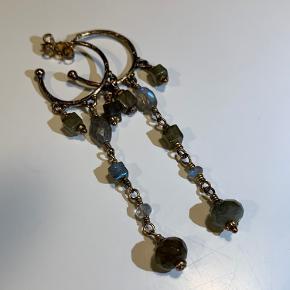 Super smukke creoler fra Carré i forgyldt sølv med månesten og labradorite sten.