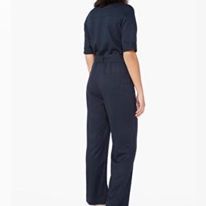 Mega fed utility tie-waist jumpsuit fra Monki.  Brugt og vasket et par gange, men dog intet tegn på slid.  Sælges da den er lidt for lille til mig.