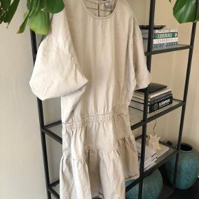 Fin kjole fra ASOS   Perfekt til hverdag med leggings og et par læderstøvler   Str 44, men passer som en oversize til en M/L