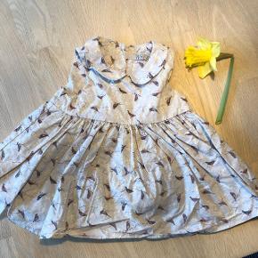 Rigtig fin Wheat kjole med fugle, med to lag stof. Fra røgfrit- og dyrefrit hjem, og vasket uden brug af parfume. Brugt en gang. Vasket på skåneprogram, og fremstår derfor som ny.