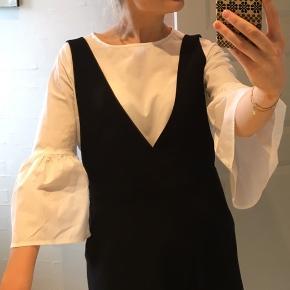Hvid skjorte med peplum ærmer, god til at bruge under ting fx som på billedet 75 kr ekskl fragt