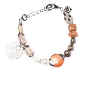Varetype: -=NY=- SPICE ARMBÅND Størrelse: 20 til 18 cm (Justerbar) Farve: Brun Oprindelig købspris: 800 kr.  A&C JEWELLERY SPICE ARMBÅND  Håndlavet smykke fra norske A&C Jewellery Design Oslo.  Skønt armbånd med orange og gråbrune perler. Smykket er belagt med det eksklusive ædelmetal rhodium, der giver et blankt sølvhvidt udseende.  Armbåndet er fra A&Cs eksklusive serie Essence. Essence er en høj kvalitets serie, hvor smykkerne er belagt med ægte rhodium eller ægte guld. Smykkerne er dekoreret med kombinationer af halvædelstene, glasperler, perler og perlemor.  Længde: ca. 20 til 18 cm (Justerbar) Serie: Essence Model: Spice Style: 3054-0118