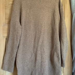 Trøjen er dejlig blød og kradser ikke. Farven er camel. Det er en blanding af uld og akryl