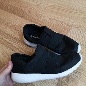 Super lækre sko. Sælges billigt da de har små mærker på INDERSIDEN (se billede 4). På ydersiden er de super fine (se billede 2)  ✨ Se mine andre annoncer ✨ Bud modtages gerne ✨ Mængderabatter
