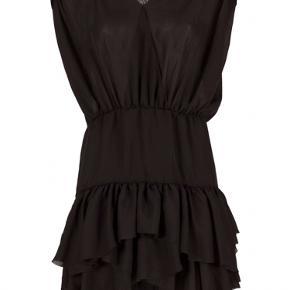 Sort kjole i tyndt stof med snore fra Designers Remix, nogle af snorene er gået rundt om livet er gået lidt fra hinanden og hullerne til dem er en smule medtager. Men stadig rigtig fin og det er intet man ser når den er på 👍🏻