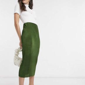 Sælger denne nederdel fra asos, da det var et fejlkøb og kan ikke returneres længere 💛  Den er i perfekt stand og er en str small.
