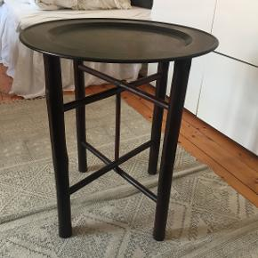 Barbord B: 53 L: 53 H: 60  Bordpladen har en del ridser, men bordet er ellers i god stand. Pladen kan sagtens gøres fin igen.  Bordben: bambus Bordplade: en form for metal vil jeg tro
