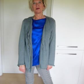 Lækker jakke fra MASAI. Sælger for veninde (bytter derfor desværre ikke) Velholdt Bud fra 250pp + Gebyr handler gerne mbilpaye sender med DAO