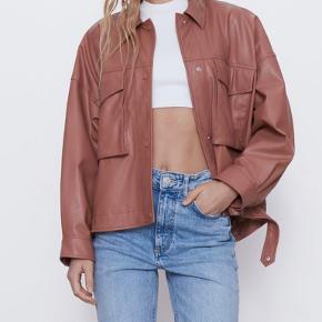 Trendy læder look jakke 🔥🔥🔥 Oversized og passer str. Medium-Large‼️  Jeg sender hver dag 📦📦📦
