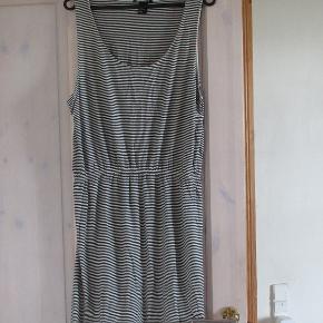 Sort og hvid stibet basiskjole fra H&M.Er brugt/vasket 3 gange.Materiae 97% Viscose 3% elastan, så den er blød og lækker i sommervarmen.