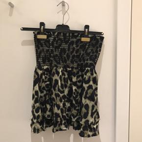 Super sød nederdel med armygrønt/sort leopardprint og smock i taljen. Standen er så god som ny.