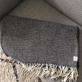 Sælger denne flotte uldplaid fra Klippan i farven mørkegrå/sort og hvid.  Den er i 100% lommeuld, 120x170cm, købt i magasin 3 år siden. Igen tegn på slid :)