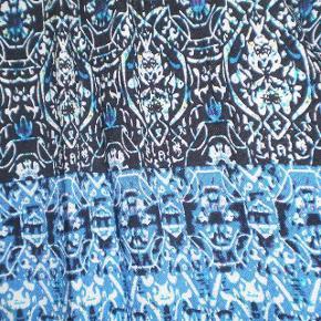 Brand: So Sweet Varetype: Bluse Ny Farve: Se billede Oprindelig købspris: 400 kr.  Fed bluse, trænger bare til at få tyndet ud.  Str XL  På tværs af bryst 52 Nakke og ned 75  100% Viscose
