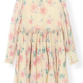 Smukkeste Ganni kjole sælges - som ny. Løs i pasform, hvorfor den også fint passes af en str. S/36. Fast pris (!)