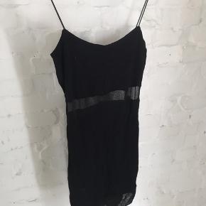kjole med smalle stropper og meshdetaljer✨