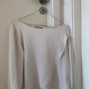 Hvid bluse fra Zara i str.s. Den er brugt.
