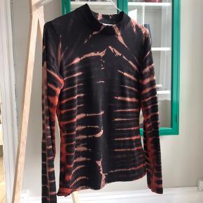 Lækker batik bluse fra Weekday. Brugt meget få gange!