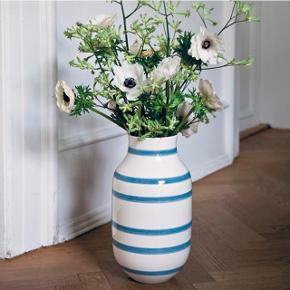 Sælger denne Omaggio vase fra Kähler med blå striber. Den er 37,5 cm høj og nyprisen er 500 kr. Den har kun stået til pynt og har aldrig været i brug, så den fremstår som ny.
