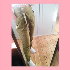 Pris inkl. Fragt!  H&M Conscious bukser i fin army grøn farve. Høj taljede med bånd og forlommer.  Er 1.65 høj og de går mig til anklerne.  Str.38 Aldrig brugt.