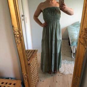 Skøn sommerkjole i flot grønlig farveKjolen er let i stoffet og er behagelig at have på 🌞 Fremstår som ny - Str. 36/38 Jeg har også denne kjole i sort, hvis dette kunne have interesse.