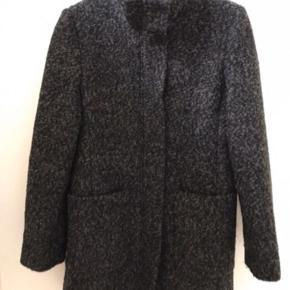 Uld jakke med for, 77 cm lang  Købt vinter 18/19, men kom ikke til at bruge den. Den er xs, men er stor i størrelsen, S kan også passer den. Køber betaler Porto   Stort set ikke brugt