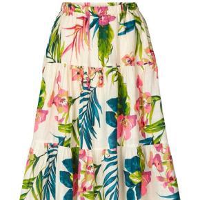 Super fin nederdel fra Lollys i bomuld. Sandfarvet/ råhvid i bunden. Aldrig brugt, med prismærke. Kvittering haves. Fra ikke ryger hjem🌸😊.